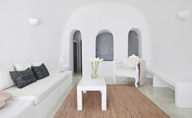 wohnzimmer rustikal mit barock sessel weiß und ausgemauerten wandlampen