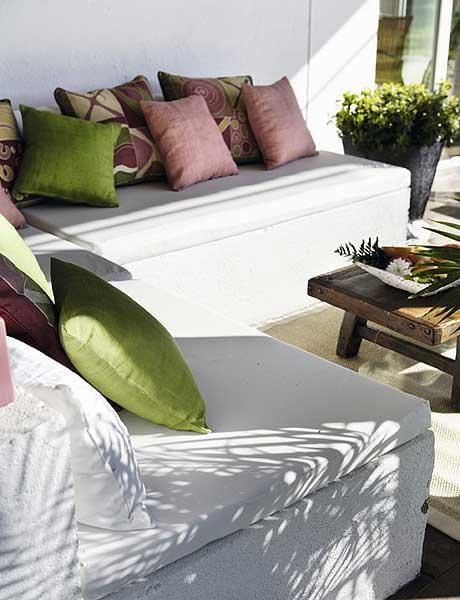balkon terrasse gestalten mit sitzecke weiß und couchtisch holz
