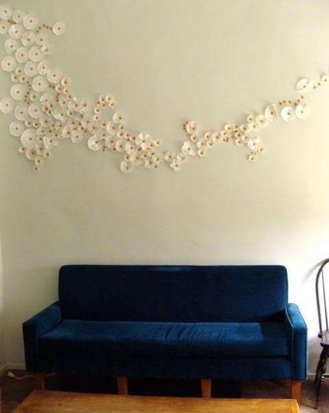 idee für wandgestaltung im wohnzimmer mit polstersofa blau
