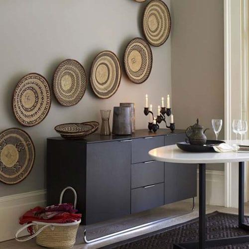 wohn esszimmer mit wandfarbe grau und sideboard schwarz dekorieren