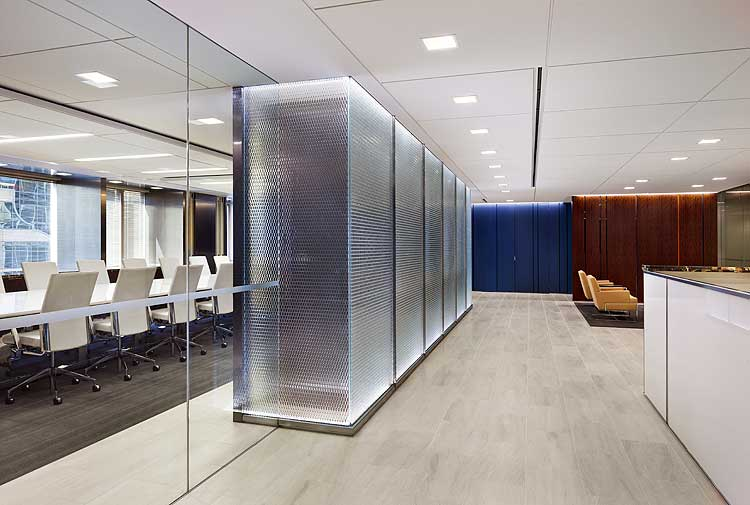 Innendesign Idee mit Glaspanneelen für Raumteilung