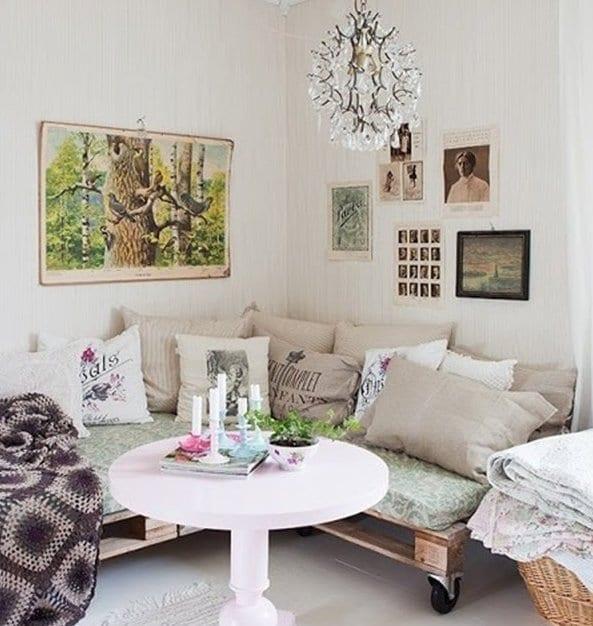 wohnzimmer design mit weißem couchtisch rund znd sofa aus paletten
