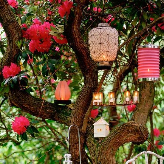 schöne gartenideen mit Baumdekoration aus Laternen in Pink