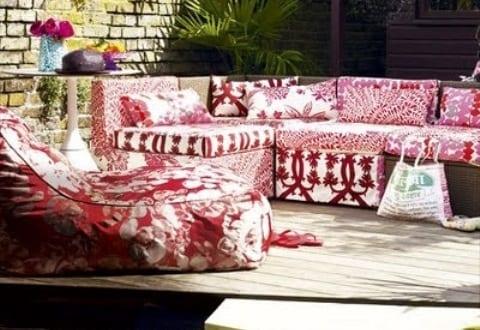 runde holzterrasse mit sitzecke in rot und wei f r bunte gartengestaltung freshouse. Black Bedroom Furniture Sets. Home Design Ideas