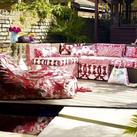 holzterrasse im garten mit teichbecken und sitzecke