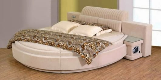 schlafzimmer mit wandfarbe grau und grün und weißem Wasserbett rund