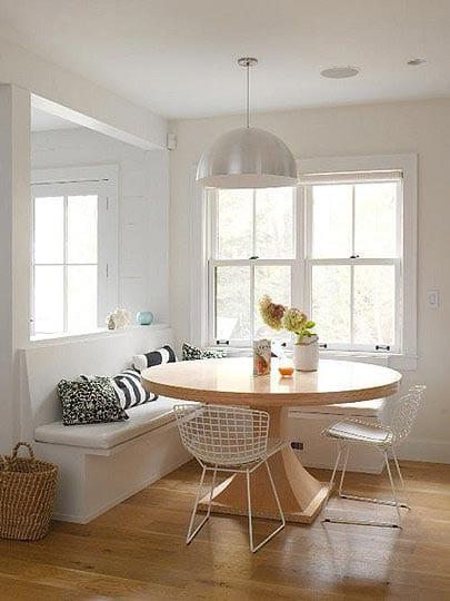 küche weiß mit pendellampe und runder Esszimmertisch massiv