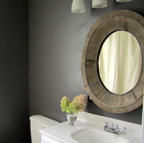 badezimmer grau mit wandfarbe grau und rundspiegel mit holzrahmen
