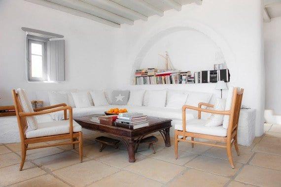 modernes wohnzimmer weiß mit ausgemauerte sitzecke mit weißen kissen und couchtisch holz