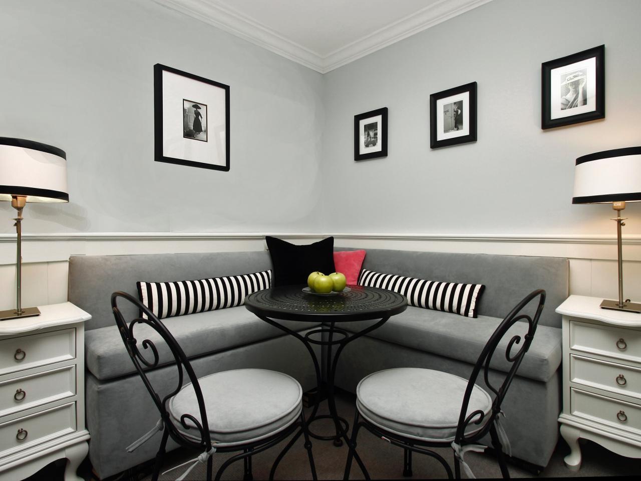 kleine küche gestalten mit rustikalen nachttische weiß und Tischlampen_küchenwandgestaltung mit schwarzen bilderrahmen