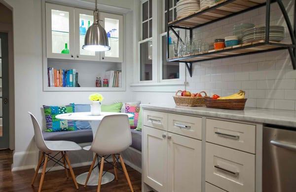 farbgestaltung kleiner küche weiß mit sitzecke küche und blauen kissen