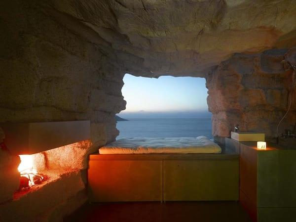luxus schlafzimmer mit kamin  und bettgestell aus Beton