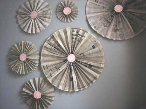 ideen für wandgestaltung mit papierblumen aus zeitung