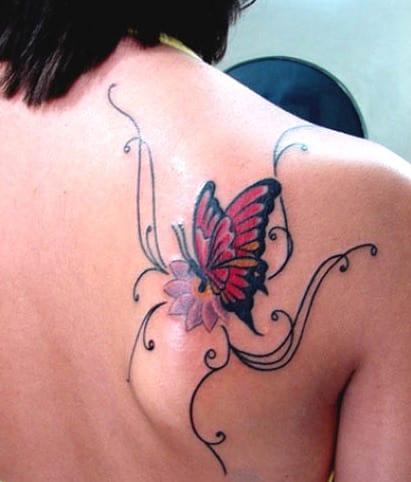 frauen tattoo idee mit schmetterling tattoo rücken mit tattoo blume in lila