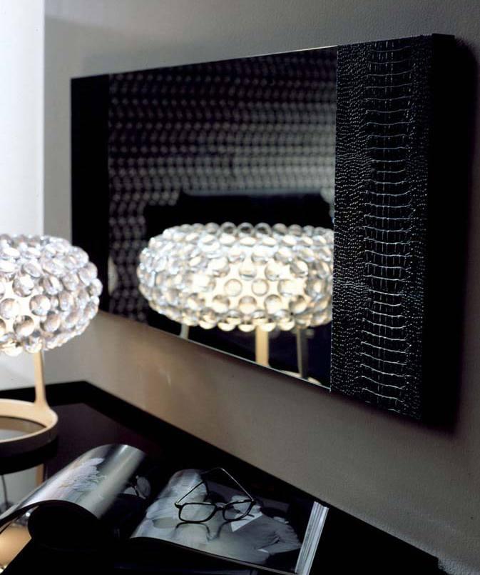 schlafzimmer inspiration mit rechteckigem wandspiegel schwarz und runde tischleuchte