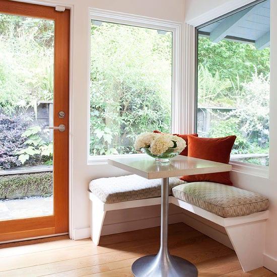 kleine sitzecke mit sitzkissen braun und quadratischer Esstisch für kleine küche