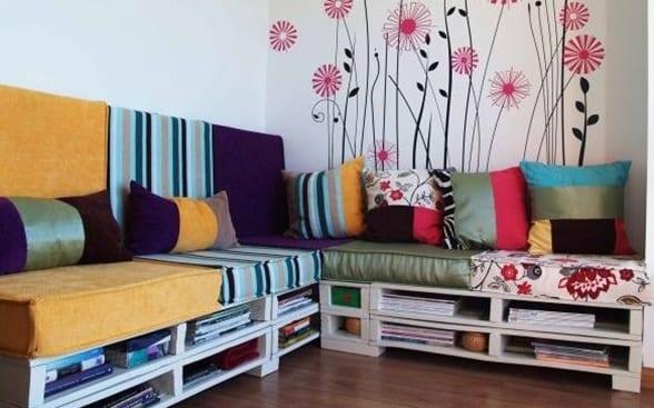 wandgestaltung wandtattoo blumen und weißes sofa aus europaletten