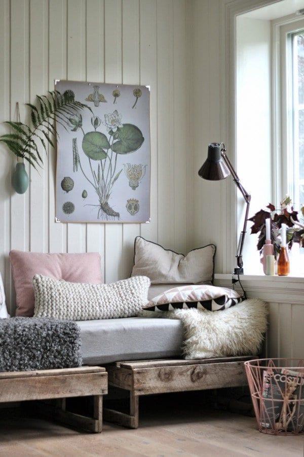 wohnzimmer inspirationen mit sofa aus paletten und dekoration mit kissen und pelz