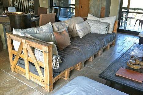 DIY Sofa aus europaletten mit kissen beige