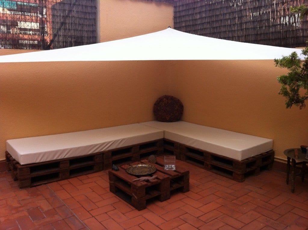 terrasse gestalten mit ecksofa aus paletten und sonnensegel terrasse