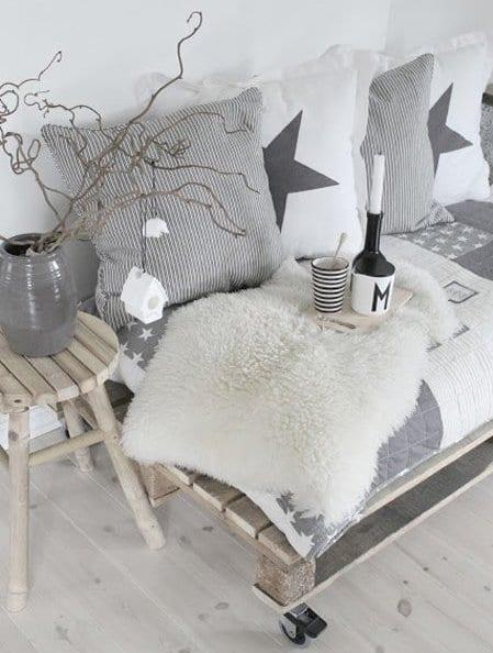 wohnzimmer rustikal mit DIY sofa aus paletten mit sofadecke und kissen grau