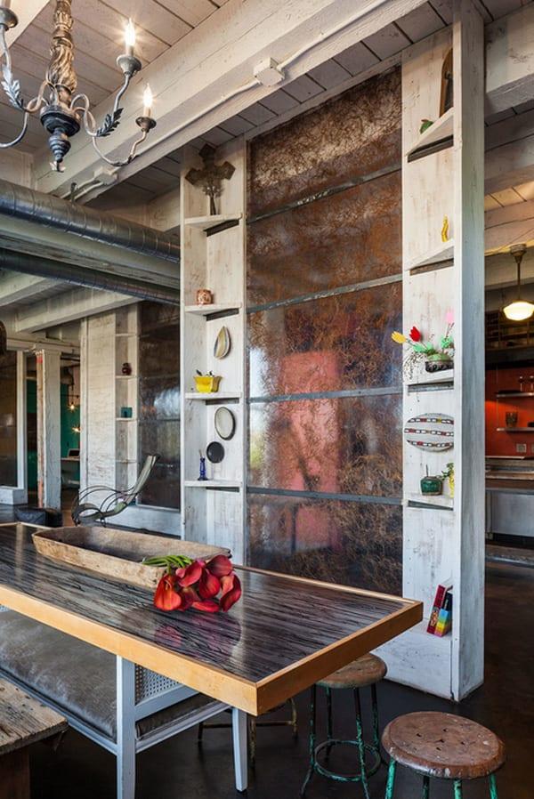 modernes esszimmer mit esstisch aus holz und Trennwand weiß mit eckregalen als Wandgestaltung