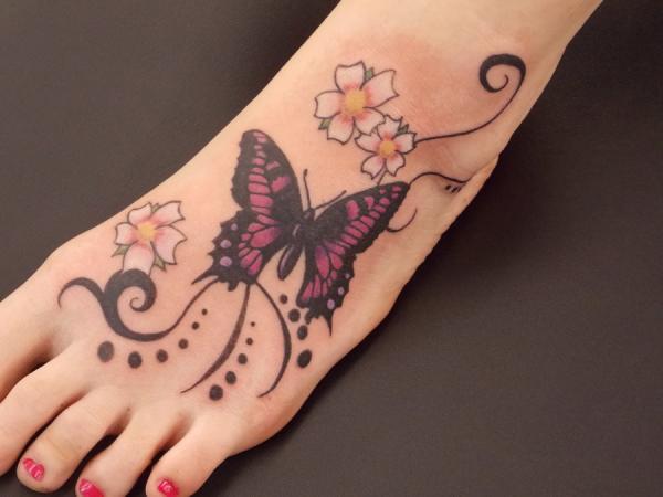 fußtattoo idee mit schmetterling tattoo in schwarz und violett