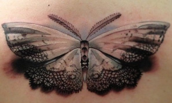 schmetterling rücken tattoo idee mit spitzen