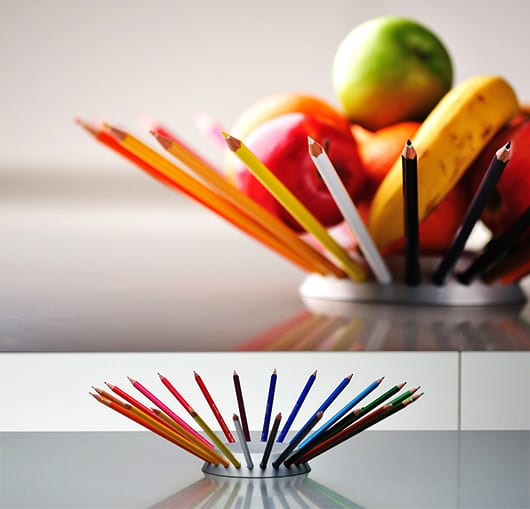 tisch eindecken mit farbiger obstschale aus bleistiften