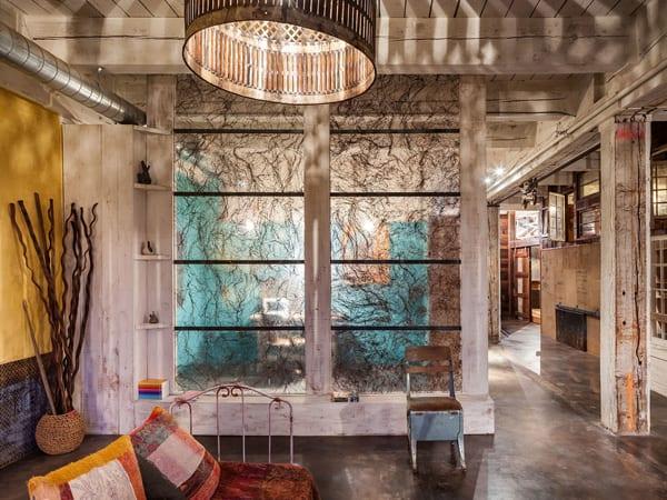 wohnzimmer farbgestaltung in weiß und gelb mit transparenter Trennwand aus Glaspaneelen mit Rasen
