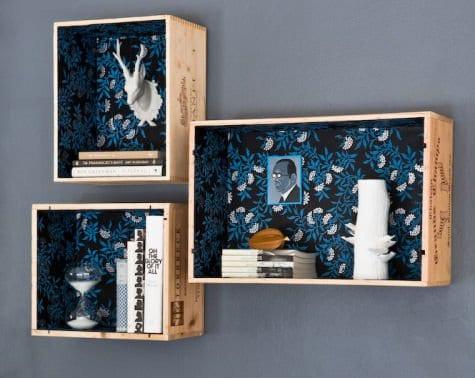 ideen für wandgestaltung mit DIY wandregalen aus Holzkisten und Geschenkpapier