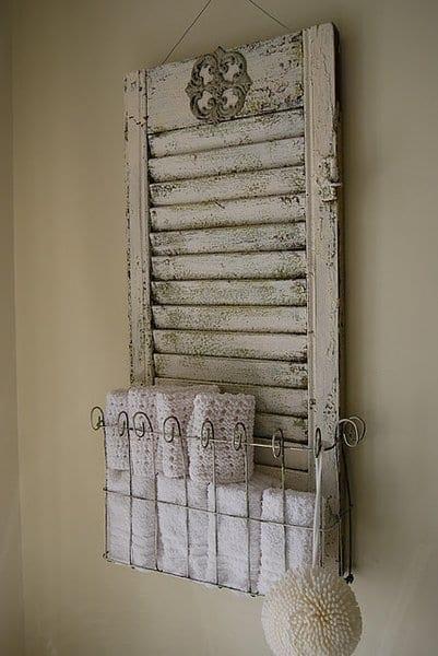 ideen für wandgestaltung badezimmer mit altem fensterladen weiß als handtuchhalter