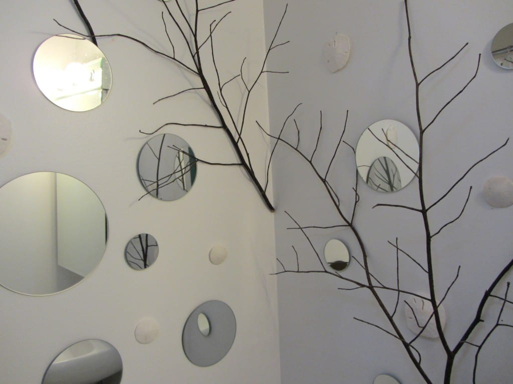 Schlafzimmer Wandgestaltung Mit Wandspiegeln. Bastelidee Mit Papierblumen  Als Wanddekoration Idee. Wandgestaltung Selber Machen