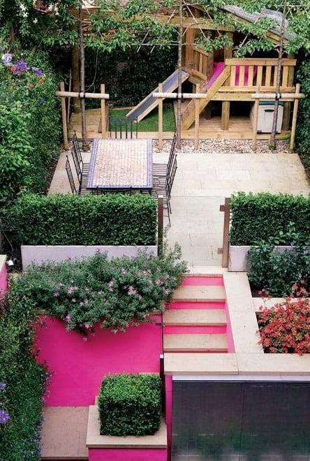 traumgarten idee mit kinderspielplatz und Wandfarbe rosa