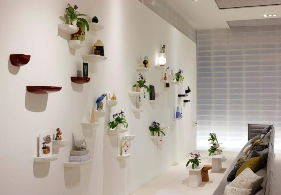wohnzimmer wandgestaltung mit pflanzen und kleinen Wandregalen