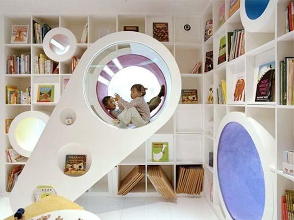 interessante Kinderzimmer einrichtung mit rundenfenstern im Wandbücherregal