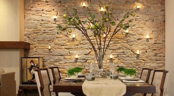 natursteinwand holz waschtisch und spiegel mit hinterbeleuchtung, Wohnzimmer