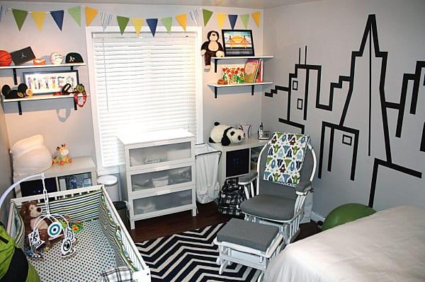kleines babyzimmer weiß mit wandtattoo babyzimmer und scwarz weißem teppich