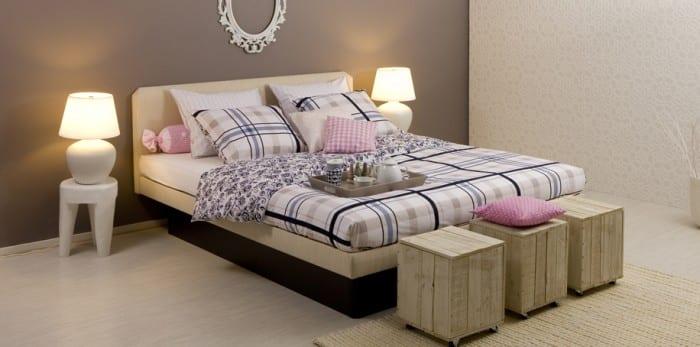 kleines schlafzimmer mit wandfarbe grau und wasserbett mit wasserbettmatratze und bettwäsche weiß und blau