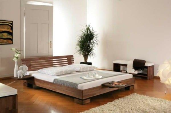 schickes schlafzimmer mit holzbett und wasserbettmatratze