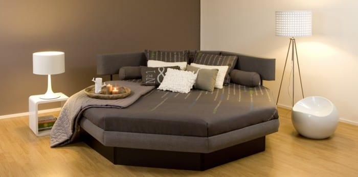 schlafzimmer inspiration mit wandfarbe taupe und rundes wasserbet grau mit nachttisch und stehlampe weiß