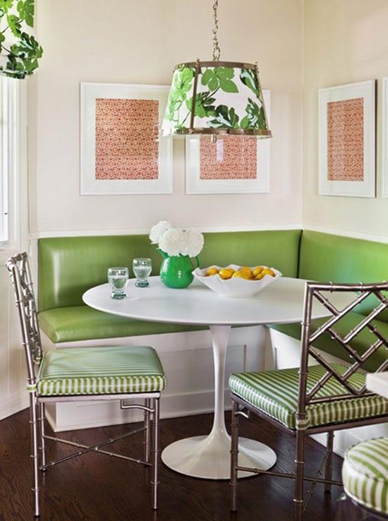 küche weiß mit metallstühlen und pendellampe in grün