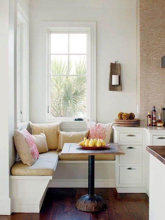 kleine küche mit sitzecke und holzesstisch