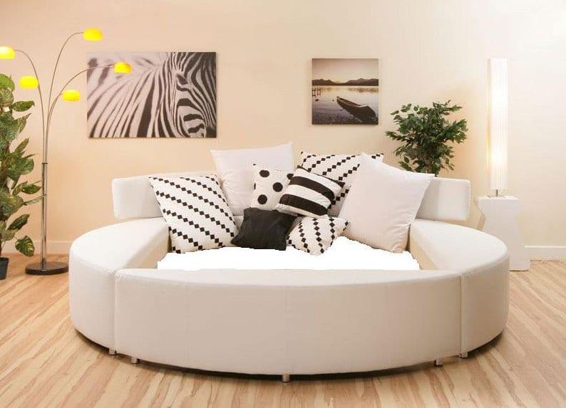 weißes hochbett rund mit wasserbettmatratze und schwarz weißen kissen