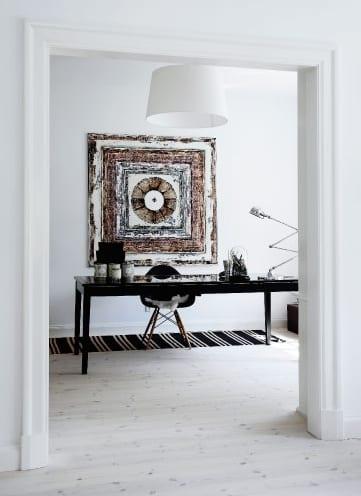 büroraum gestaltung mit minimalistischem interior design in weiß mit büroschreibtisch schwarz