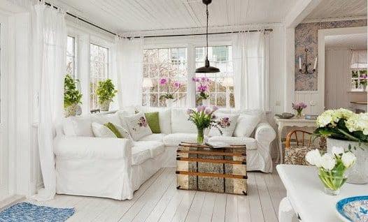 rustikaler koffer als couchtisch für weißem ecksofa und yimmerpflanzen gestaltung für frisches interior