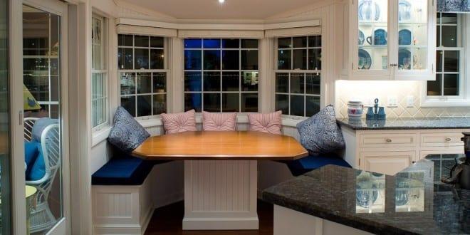 wei e runde sitzecke k che mit blauen sitzkissen und. Black Bedroom Furniture Sets. Home Design Ideas