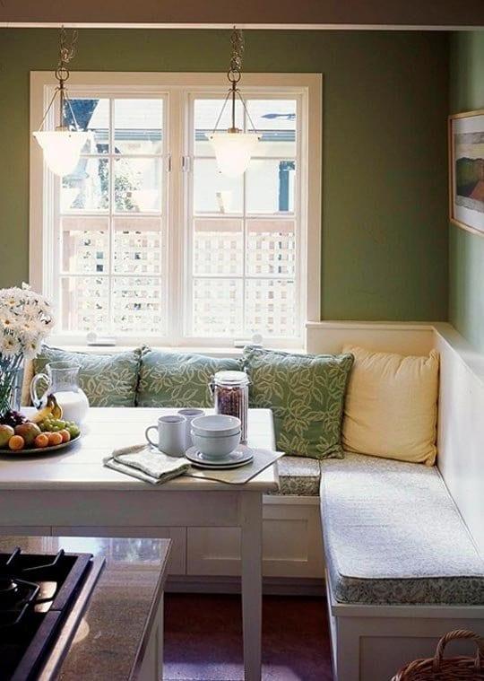 kleine küche mit wandfarbe grün und weiße sitzecke küche mit grünen polsterkissen