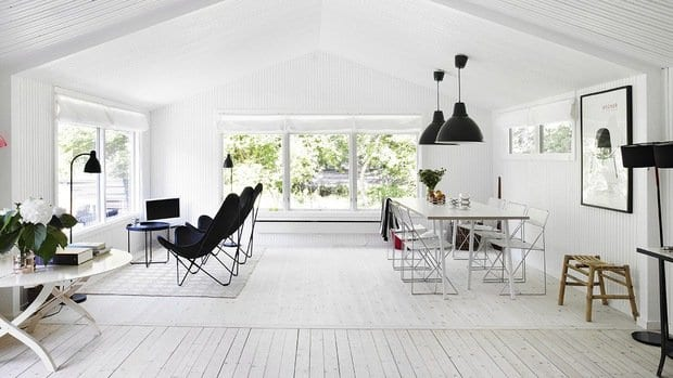 modernes wohnesszimmer interiot mit holzboden weiß und zwei coole pendellampen schwarz