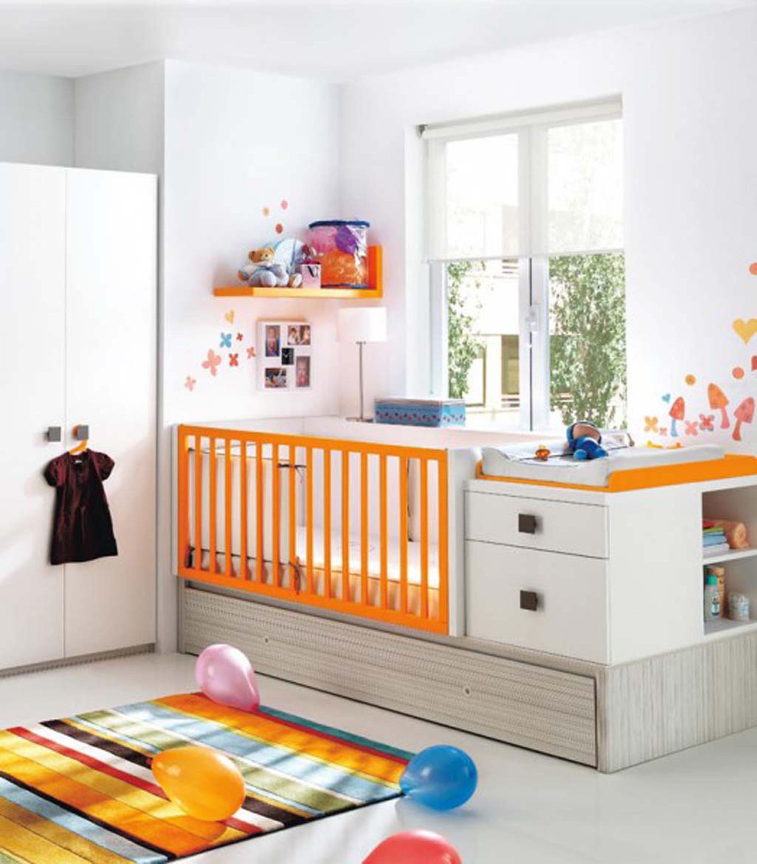 babyzimmer weiß ausstatten mit babybett und wickelkommode mit schubladen und regalen